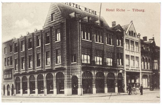 1920, Hotel Riche aan de zuidzijde van de Heuvel op de hoek van de toenmalige Prinses Julianastraat. Rechts van hotel de winkel van Henri van de Velden & Co., winkelier in kruidenierswaren en comestibles, vervolgens garage Knegtel, vroeger bakkerij van de weduwe Knegtel-Beijens.