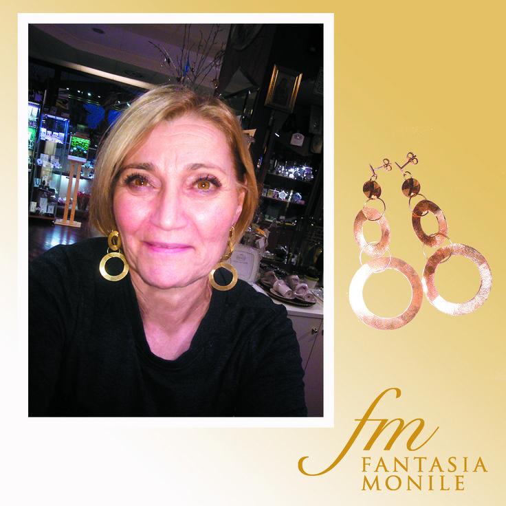 Gabriella ha scelto un paio di orecchini in oro 18kt stile gipsy