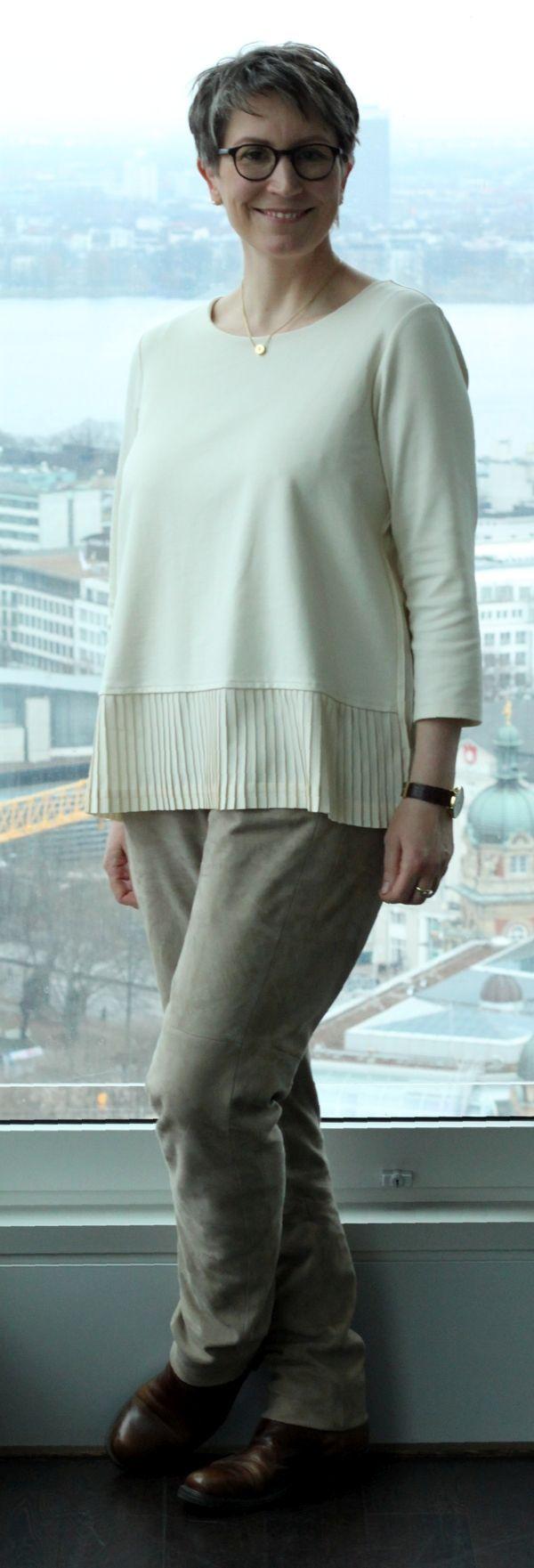 Oberteil und Hose kombiniert in ähnlicher Farbe verlängert optisch die Silhouette - Schuhe im Kontrast dazu verkürzen die Beine.  Das eine gleicht das andere aus. Ines Meyrose #ootd 20170212 mit Ponté-Shirt Plissee von Lands' End, Lederhose von Oakwood, Boots Camper