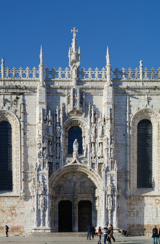 Lisboa_January_2015-40a - Joaquim Alves Gaspar - «Porta Sul do Mosteiro dos Jerónimos, Lisboa». 2015. Fotografia. Publicada em Wikimedia Commons e disponível em: https://upload.wikimedia.org/wikipedia/commons/1/17/Lisboa_January_2015-40a.jpg
