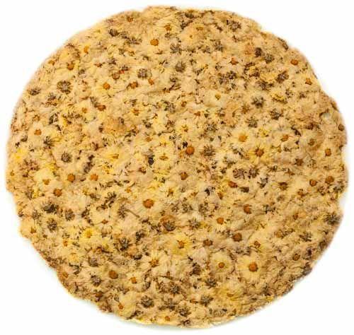 Dieser Chrysanthemen Tee besteht aus ganzen, getrockneten Chrysanthemenblüten. Die Blüten für den Tee sind dekorativ zu einer runden Scheibe aufgereiht damit die einzelnen Blüten oprimal begutachtet werden können.  Chrysanthemen Tee ist in ganz Asien sowohl als Heissgetränk als auch als Eistee sehr beliebt. So erstaunt es auch nicht, dass Getränkehersteller wie Oishi und Ichitan Chrysanthemen Eistee in ihrem Sortiment führen.