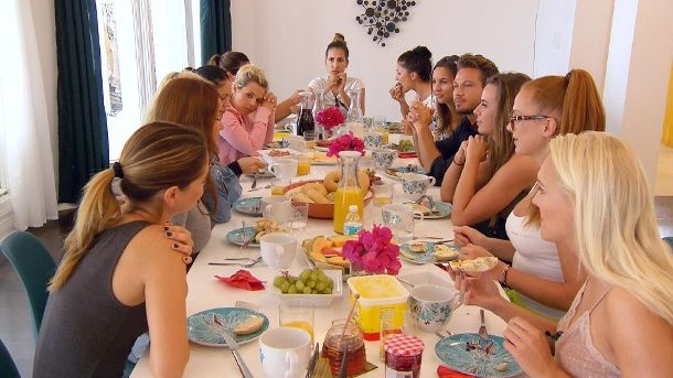 Die Bachelor-Kandidatinnen beim Frühstück (Quelle: RTL)