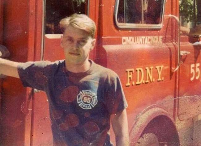 Стив Бушеми в то время, когда он работал пожарным в 55 пожарной части Нью-Йорка, 1981 год.  Во время терактов 11 сентября 2001 года актёр вернулся в пожарный участок, где работал до попадания в Голливуд, и вместе с другими пожарными разгребал завалы.