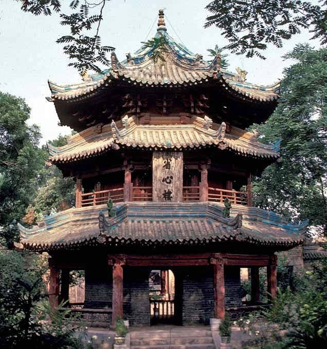 https://www.facebook.com/pages/Islamska-arhitektura-i-umjetnost/1403357959880645  The Great Mosque of Xi'an, located near the Drum Tower on 30 Huajue Lane of Xi'an, Shaanxi province, China