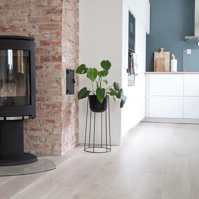 The new kitchen. Her har vi revet en vegg og en gammel peis for å åpne opp, satt inn nytt kjøkken, nytt gulv, nye vegger, pigget frem murstein og satt inn ny vedovn. Vi har gjort alt selv bortsett fra det elektriske og rørleggerjobben. #boligpluss #interior123 #interior4all #bobedre #interiørmagasinet #room123 #roomforinspo #immyandindi #jøtul #jøtulf373 #menuwirepot #jotunstpaulsblue #stpaulsblue #kitcheninspo #voxtorp