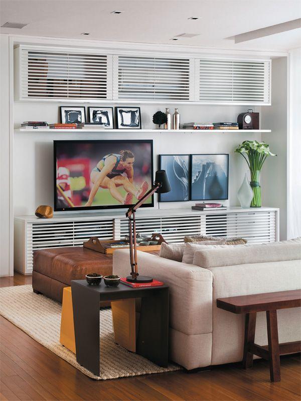 Gosto dessa ideia de móveis vazados para esconder o ar condicionado. Um mal necessário que sempre destoa na decoração e precisa ser camuflado ou incorporado a ela.