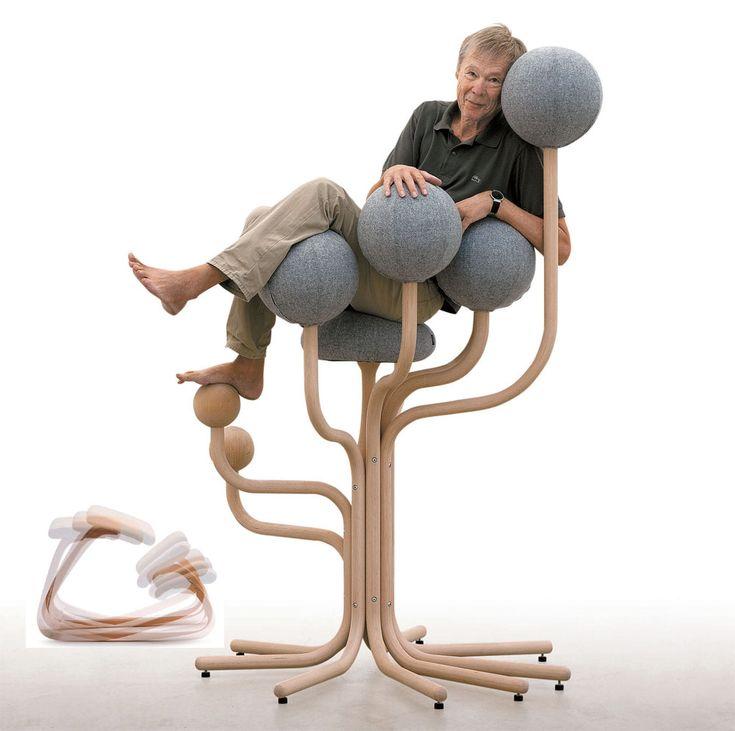 """노르웨이의 의자 디자이너 피터 옵스빅이 나무를 닮은 의자 '글로브 가든'에 앉았다. 의자에 앉아 항상 다리를 구부리고 시야도 좁아진 현대인에게 """"원시시대 나무에서의 삶을 기억하라""""는 메시지를 주는 의자다. 왼쪽 작은 사진은 등받이 대신 정강이 받침대가 있는 흔들의자 '베리어블 밸"""