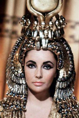 クレオパトラのヘッドドレスにも注目したいスタイル
