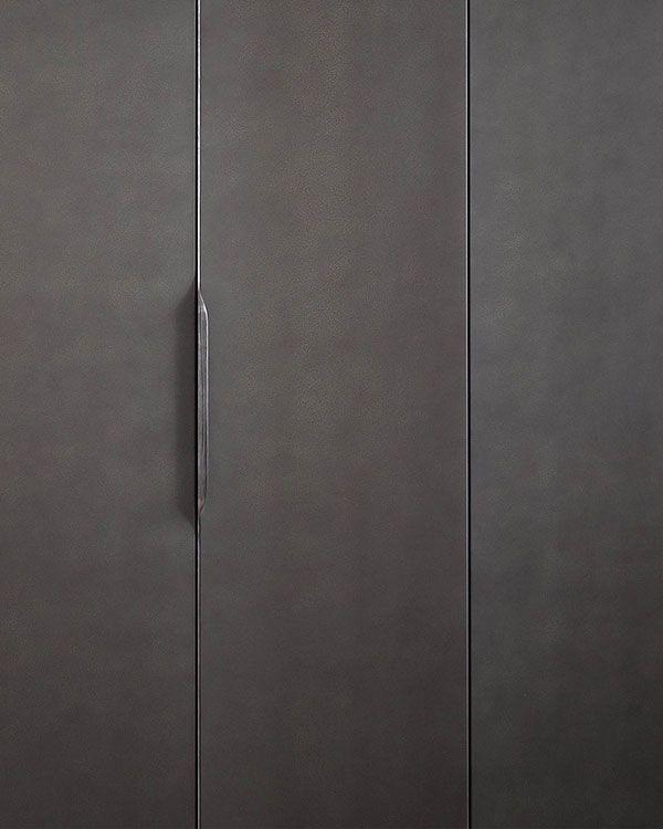 Schoener minimaler Metall-Akzent mit integriertem Griff. Verfügbar als readymade? Este?