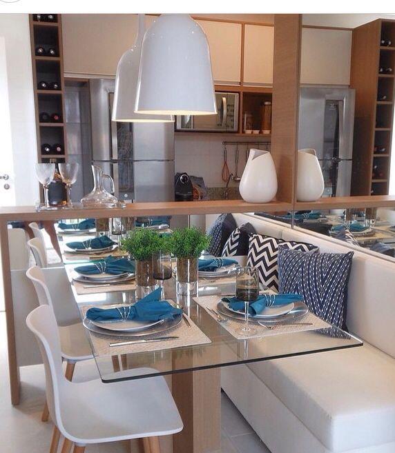 Sala de jantar integrada à cozinha.. A idéia do banco junto a mesa é um jeito ótimo para quem tem pouco espaço