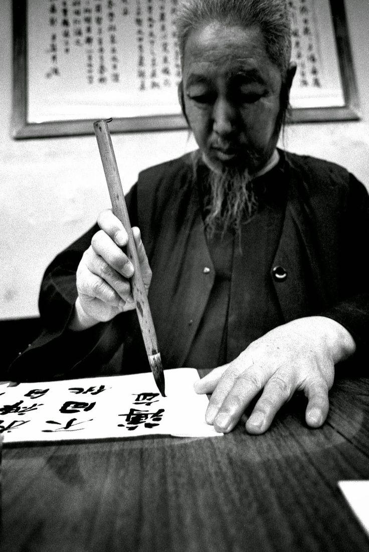 Le professeur Cheng Man Ching s'exerçant à la callygraphie