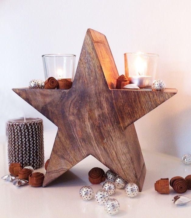 Wunderschöner Holzstern mit 2  Windlichtgläschen für gemütliche Winterstunden.  Die Windlichter werden in 2 dafür im Holz vorgesehene Löcher gesteckt, damit sie nicht verrutschen. Zum Reinigen...