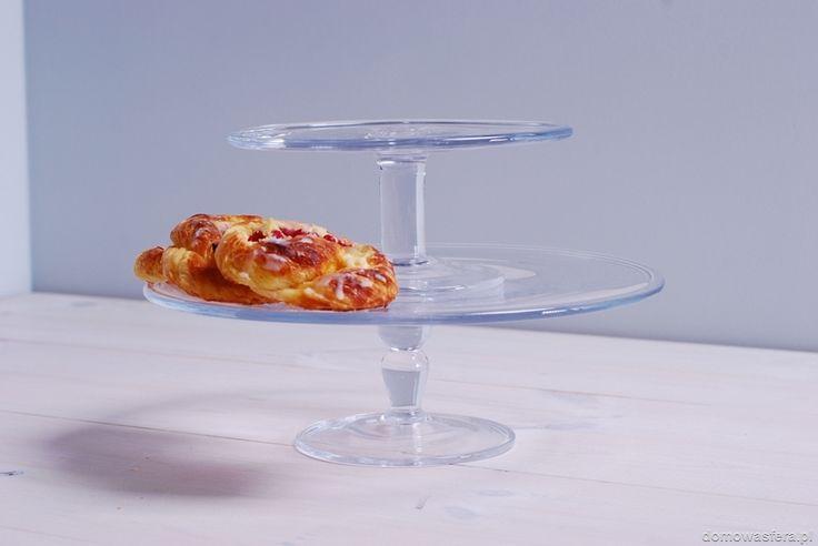 Piękna dwupoziomowa patera, wykonana ze szkła. Wyeksponuje domowe wypieki i ozdobi każdy stół. To doskonały prezent dla miłośników pieczenia.
