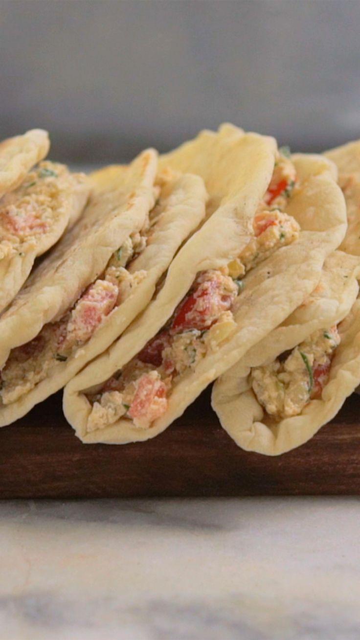 Aprenda a fazer o pão Pita, clássico da culinária árabe e libanesa. Um pão redondinho, macio e levemente inflado, perfeito para comer com queijo chancliche!