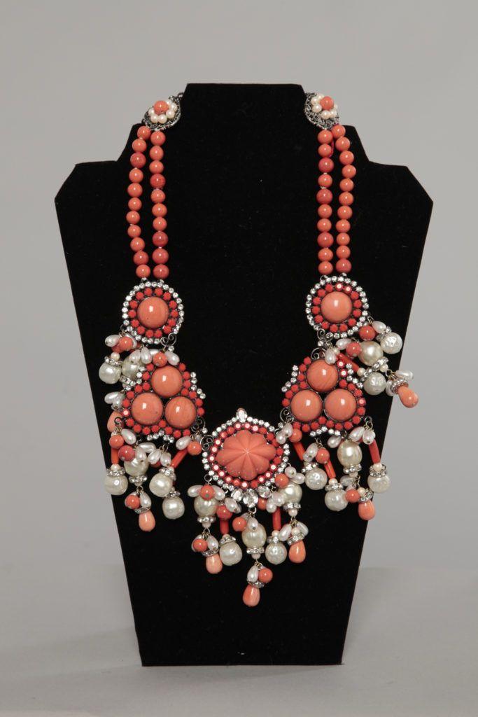 Gros collier en perles de verre corail, perles baroques nacrées et strass Larry VRBA