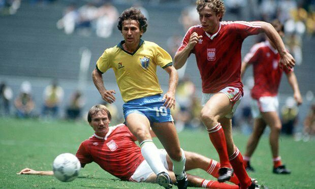 Brazil 4 Poland 0 in 1986 in Guadalajara. Zico leaves 2 Polish defenders behind in Round 2 at the World Cup Finals.