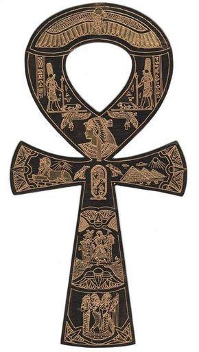 """O Ankh (CRUZ DE ANSATA) é um dos símbolos mais conhecidos do antigo Egito. Sua representação é desconhecida e alguns estudiosos acham que ele possa ser uma sandália vista de cima ou até mesmo uma espécie de chave. O seu Hieróglifo significa """"vida / vida eterna""""  e foi um importante amuleto de proteção.  O Ankh também significa """"espelho de mão"""" e talvez fosse essa a representação mais próxima do amuleto (""""refletir"""" a vida)."""
