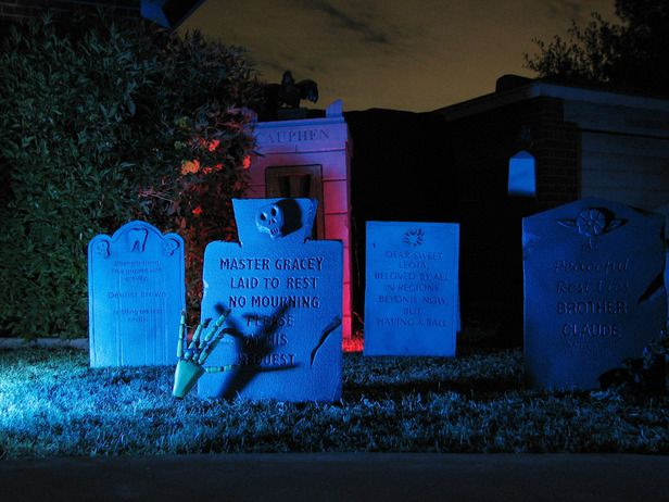 25 Favorite Halloween Ideas But these tombstones are my favorite for the front yard!