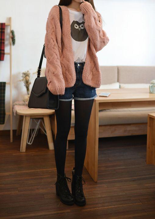 cardigan rosa suave, camiseta del búho, los puntos de corte de mezclilla, medias negras y botines.