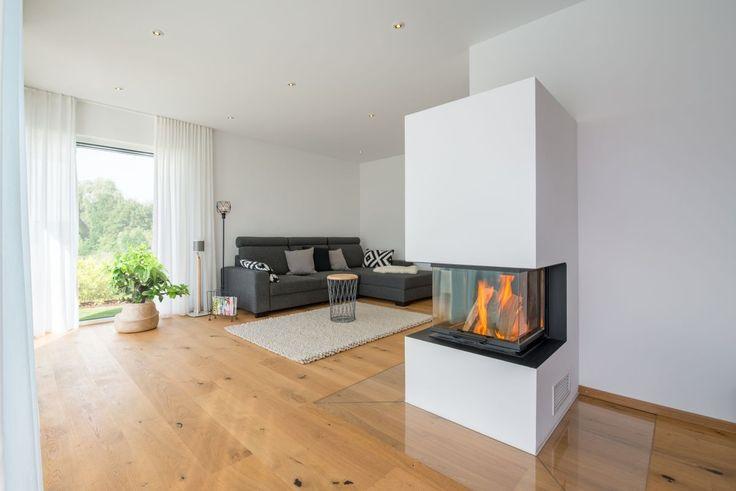 Wohnzimmer modern einrichten mit Kamin als Raumtei…