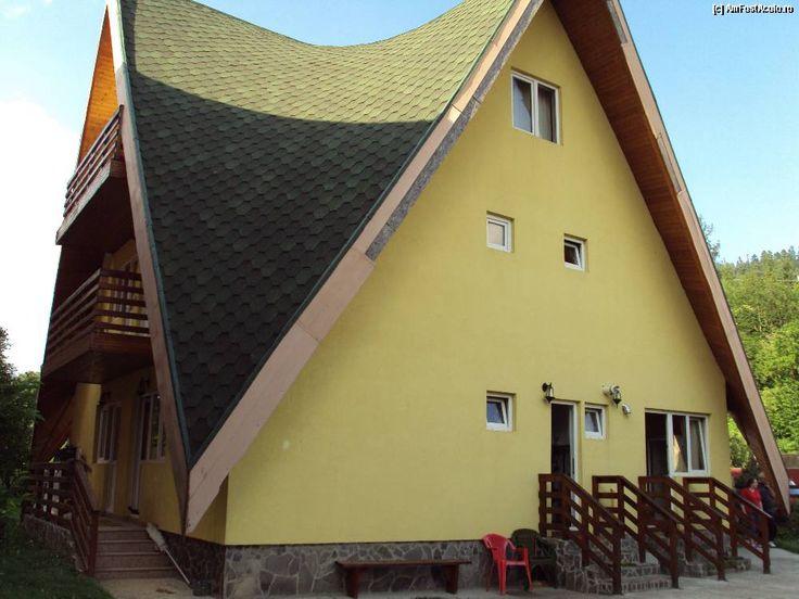 Vila Casa Mihaita este amplasata in statiunea Busteni intr-un cadru pitoresc si atractiv, cu o vedere panoramica asupra muntelui Caraiman, si a crucii de pe Caraiman, constituind un loc ideal pentru petrecerea unei vacante de neuitat, organizarea unui protocol sau orice alt eveniment.
