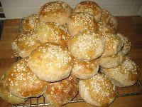Ingenting smaker bedre enn ferske  hjemmebakte brød  og rundstykker. Rundstykkene lager jeg så store at det er nok med ett slikt i matpakka ...