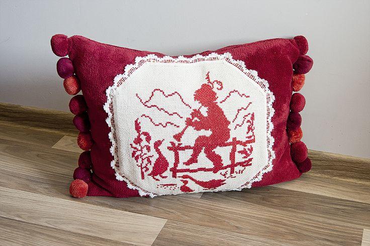 Grajek #poduszka #czerwony #salon #aplikacja #tkanitka