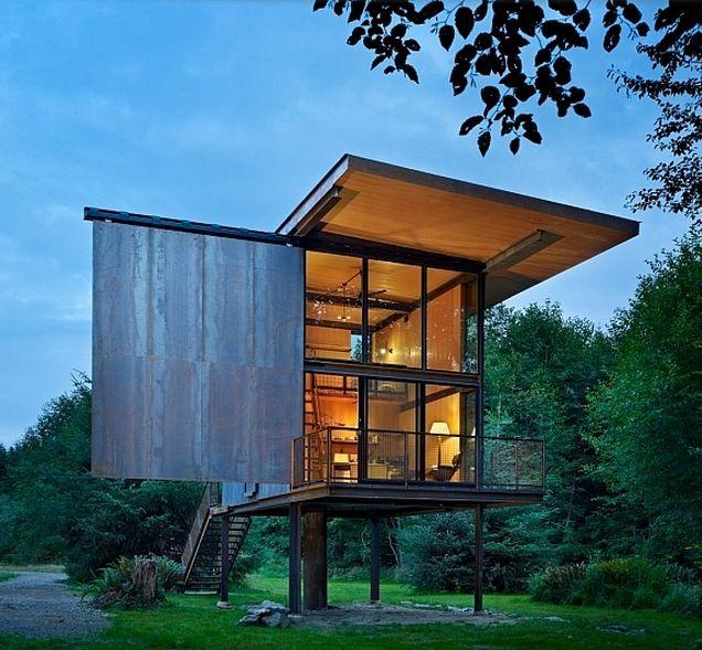 Conçue par Olson Kundig Architectes et construit dans la péninsule Olympique de l'État de Washington aux Etats-Unis, cette cabane contemporaine a été construite en acier pour une protection maximale contre les intempéries.