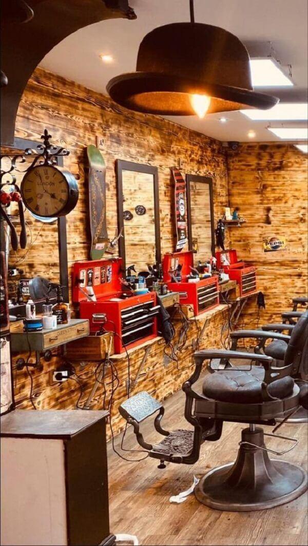 Decoração de Barbearia: +60 Projetos e Dicas de Como Montar a Sua Barber Shop Interior, Barber Shop Decor, Salon Interior Design, Old Fashion Barber Shop, Barber Shop Pictures, Barber Store, Mobile Beauty Salon, Mobile Barber, Barbershop Design