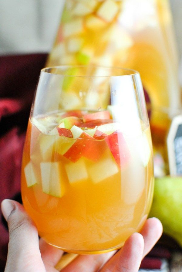 oh. my gosh. Caramel Apple Cider Sangria - using moscato and real apple cider! it's OCTOBER IN A GLASS. so good. and so easy. | thepikeplacekitchen.com