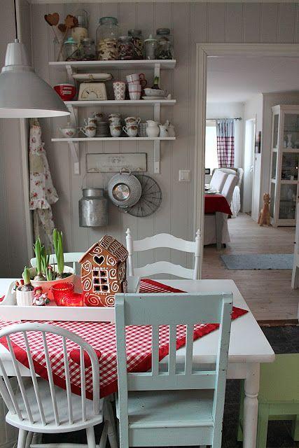 Huset ved fjorden: jul Red and white cottage kitchen