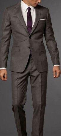 groomsmen in black tux and burgundy ties Padrinos de la boda / traje para padrino