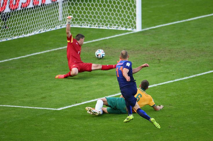 Arjen #Robben of the #Netherlands shoots and scores his team's first goal past goalkeeper Mathew Ryan of Australia. #worldcup