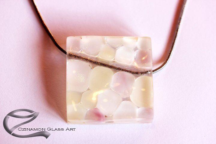 Tango üveg medál, csiszolt üveg, modern geometrikus forma. Egyedi üvegékszer, esküvőre, különleges alkalomra, hófehér és rózsaszín irizáló pöttyökkel.