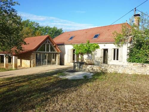Holiday home Maison Cambefort Cressensac Cressensac Maison Cambefort is a single-family house located in Cressensac, 17 km from Souillac.  4-room house, 135 m2 on 2 levels. Living/dining room with TV. 1 room with 1 double bed (160 cm). 1 room with 2 beds (90 cm).