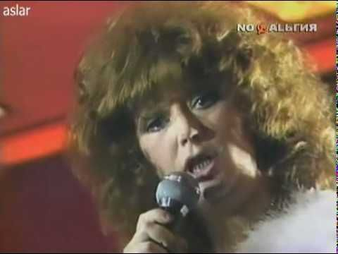 Russian Diva Alla Pugacheva singing one of her most famous songs  Million red roses