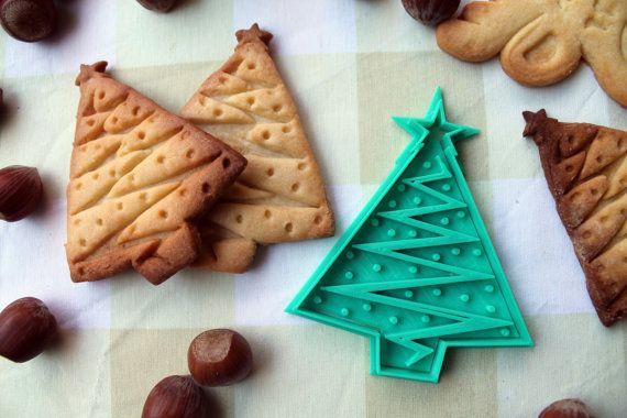 Fir-förmigen Ausstechformen Weihnachten  Wenn Sie Fan der Feiertage Weihnachten dieser Fräser von Cookies ist perfekt für Sie. Mit ihm erhalten Sie Levarte Mund einen Weihnachtsbaum mit einem Stern auf der Tasse und ihre Dekorationen. Wenn Sie sich immer gefragt haben, was für Weihnachten kennen, sind diese Cookies die perfekte Gelegenheit!  He-Pack besteht aus einem Cutter für Außen und ein Siegel, das Sie es gibt Weg zu dem Baum von Weihnachten und ihren Schmuck, dieser Form seine…