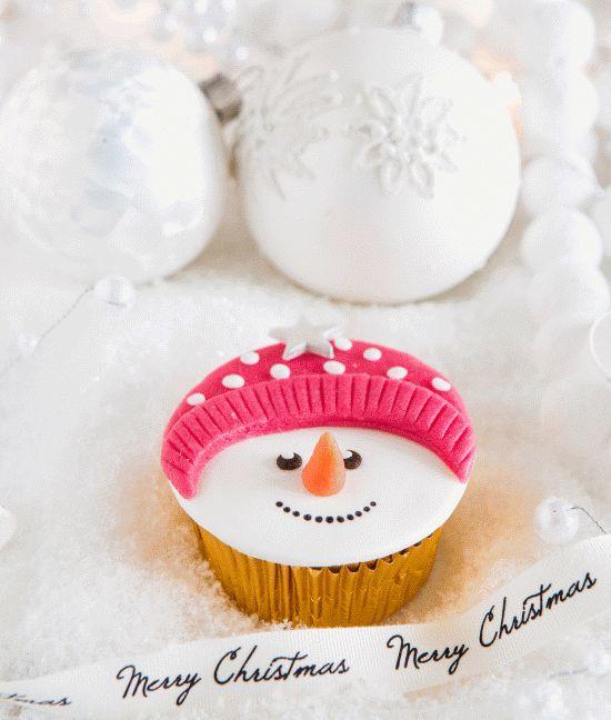 Zin in de #winter? Maak deze leuke winterse #cupcakes in de vorm van een #sneeuwpop. Klik op de afbeelding voor het #recept.