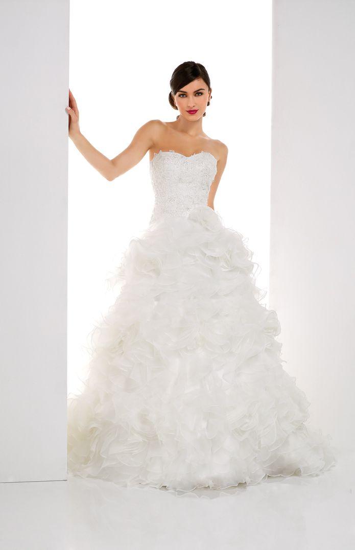 Robe chic et moderne. Bustier en dentelle lacé au dos. Jupe bouffante en organza transformable en Robe de mariée courte. Longue traîne.