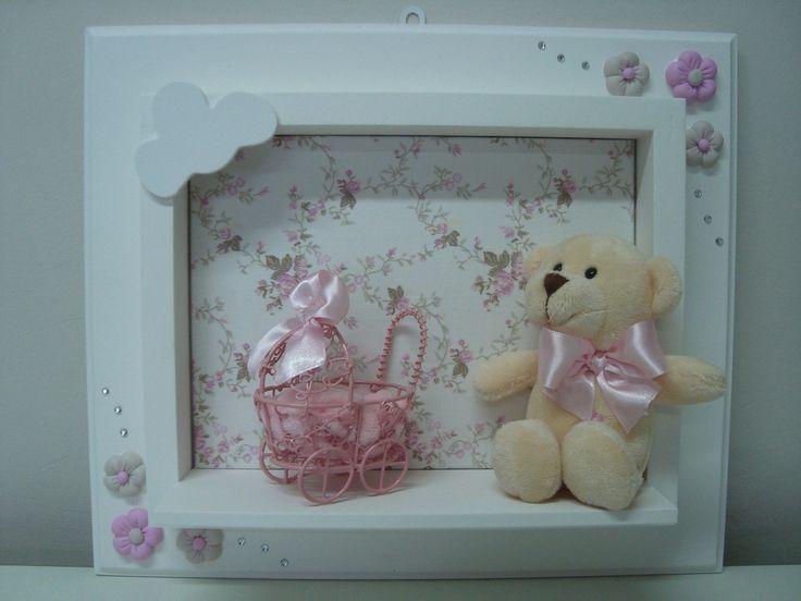 Quadro para maternidade ou para decoração do quarto em MDF com ursinha de pelucia e detalhes em biscuit, personalizado com o nome do bebê. <br> <br>Conheça as outras peças que compõem o Kit Ursinha !