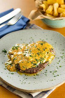 Molho de manteiga temperada e bife ancho (contrafilé) por Academia da carne Friboi