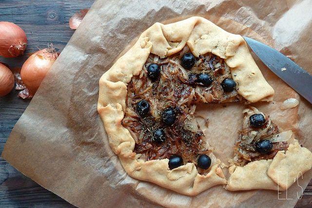 Tarte rustique à la compotée d'oignons et aux olives noires de Nyons, pâte sans gluten à la farine de maïs