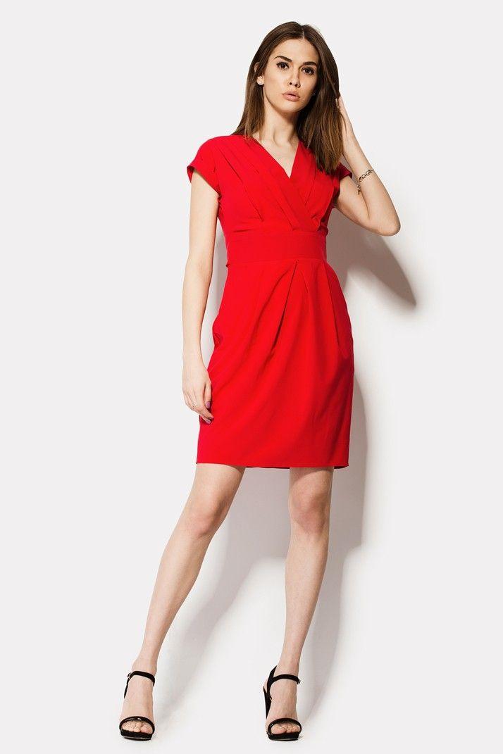 Красное платье HELON в современном элегантном стиле. Запашной верх платья открывает руки и V-образную зону декольте. Широкая талия прекрасно очерчивает фигуру, создавая красивый переход к объемному низу. Юбка выглядит объемно за счет двух крупных карманов спереди. Сзади талия украшена завязками, из которых можно сформировать бант. Змейка аккуратно спрятана на спинке.