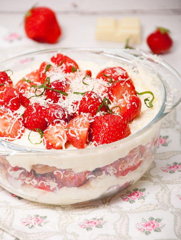Hoewel je het klassieke recept voor tiramisu ook nog steeds van me tegoed hebt, deel ik vandaag eerst deze frisse zomervariant: aardbeien-tiramisu!