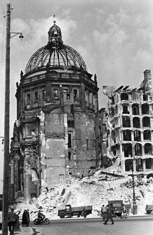 Die Westseite des Schlosses nach der Sprengung der Südwestecke am 19. September 1950