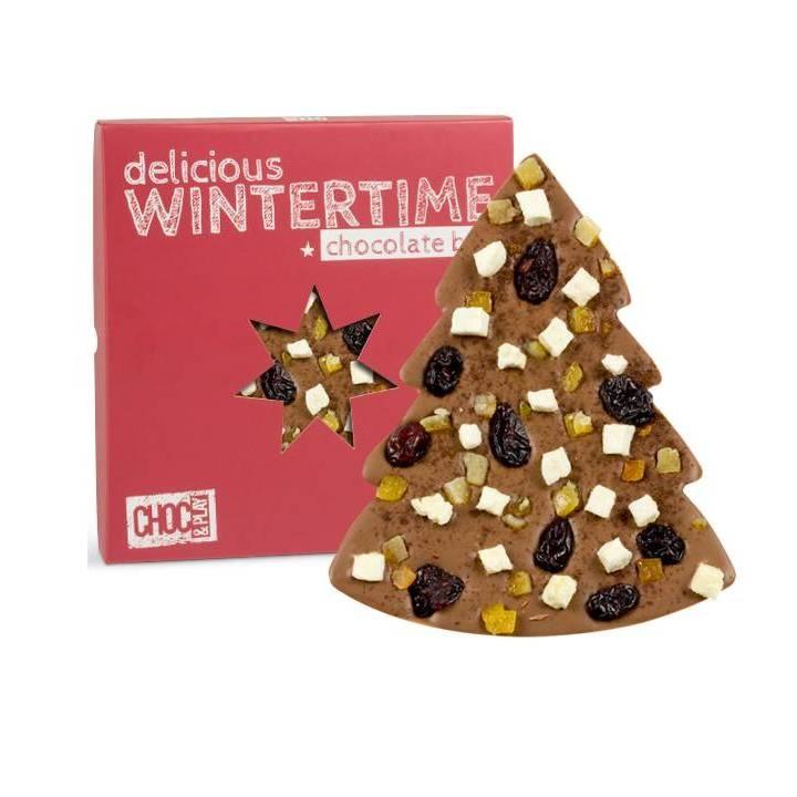 CZEKOLADA MLECZNA Z JABŁKIEM    Choinka z mlecznej czekolady zapakowana w czerwone świąteczne opakowanie. Czekolada została przyozdobiona jabłkami, żurawiną suszoną, cynamonem i pomarańczową skórką kandyzowaną