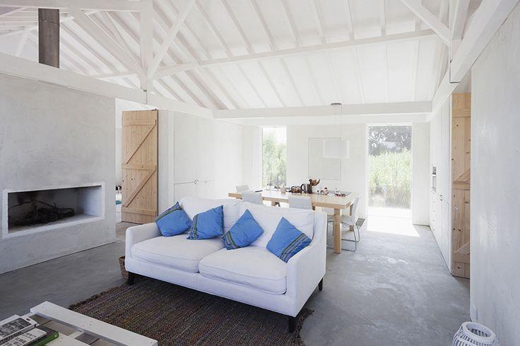 Una antigua caballeriza es transformada en vivienda conservando gran parte de su estructura original y circulación central