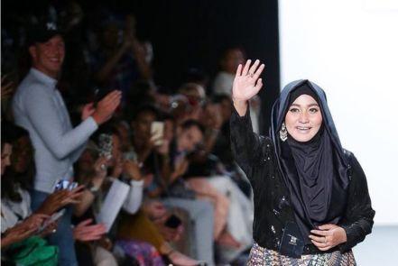 Desain hijab karya Anniesa Hasibuan mendobrak New York Fashion Week di Amerika Serikat. Apa pendapat Anda jika hijab menjadi yang fashion yang mainstream?