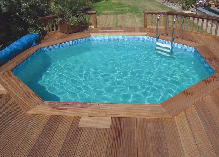 Nadzemní bazén zasazený do dřeva