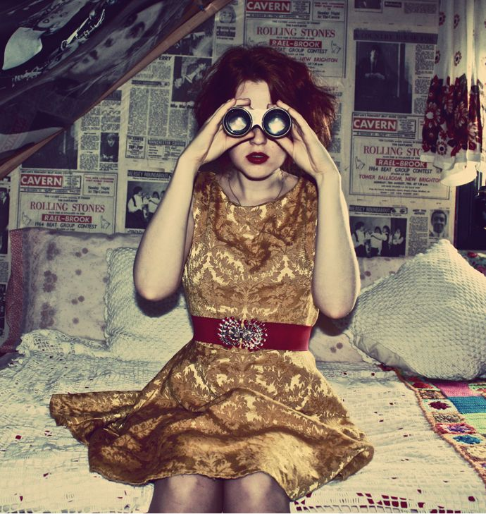 Sy kjole av gardiner